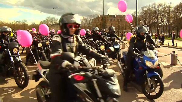 Défilé de moto pour les droits des femmes