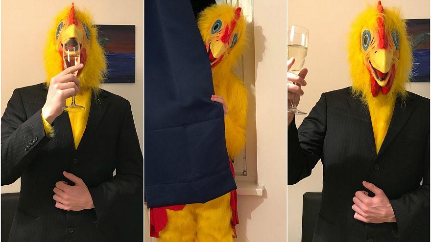 Ungheria, un uomo vestito da pollo gigante si candida alle elezioni