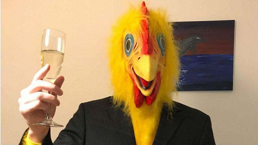 ¿Podría un hombre vestido de pollo ser votado para el Parlamento húngaro?