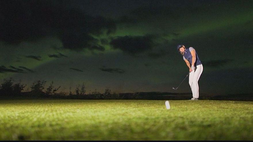 بازی گلف در زیر نور چشم نواز شفق های قطبی