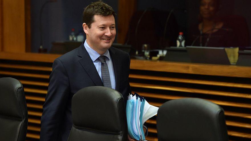 Martin Selmayr mosolyogva érkezik a biztosok tanácskozására