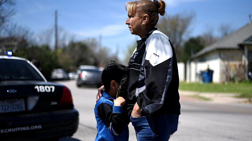 Un niño se abraza a su madre en el lugar de una de las explosiones