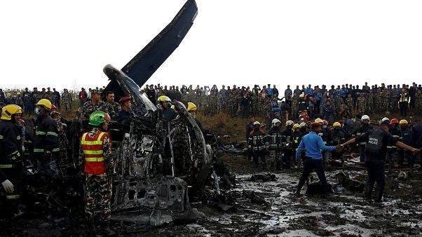 Destroços do avião que se despistou segunda-feira ao aterrar no Nepal