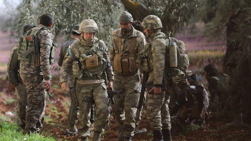 جنود أتراك مع مقاتلين من الجيش السوري الحر في شمال عفرين