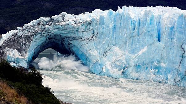Ice bridge collapse dazzles tourists in Argentina