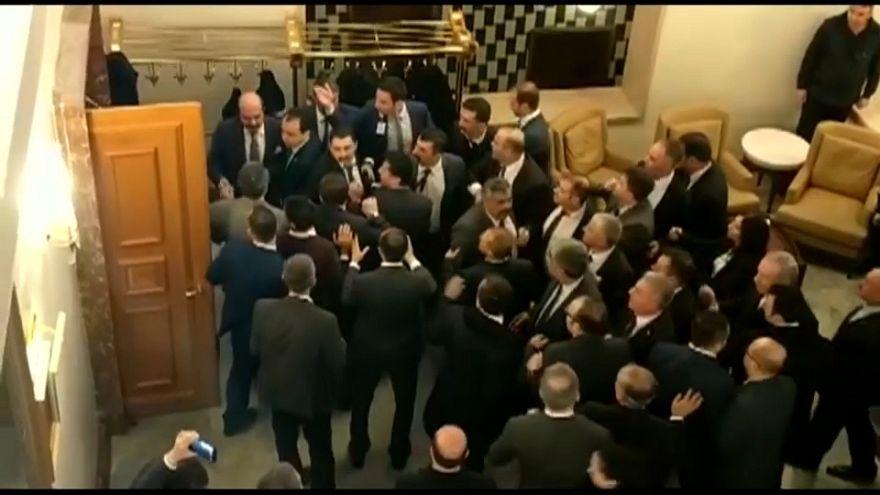 """شاهد: تبادل اللكمات داخل البرلمان التركي بسبب قانون """"تحالف الأحزاب"""""""