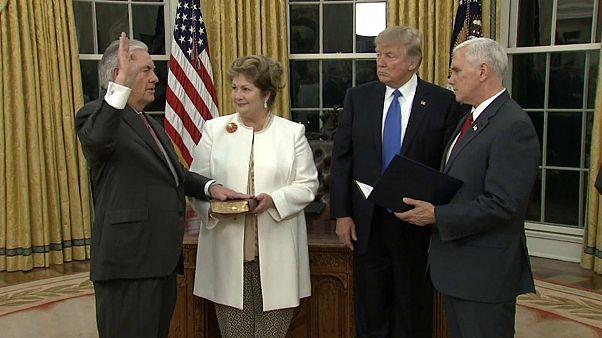 تيلرسون (يسار) أثناء حلف اليمين لتولي وزارة الخارجية الأمريكية العام الماضي