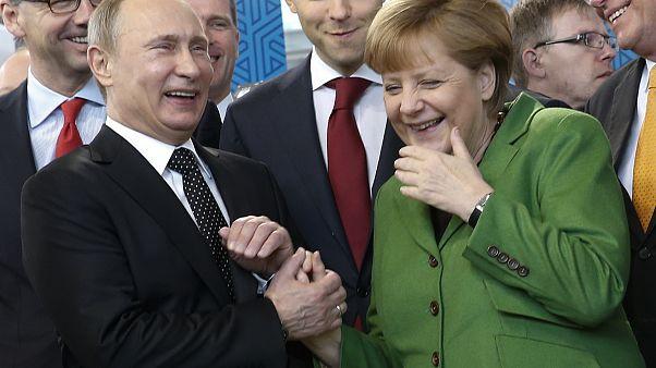 Lebuktak! Ajándékokkal kényezteti egymást Putyin és Merkel | Euronews