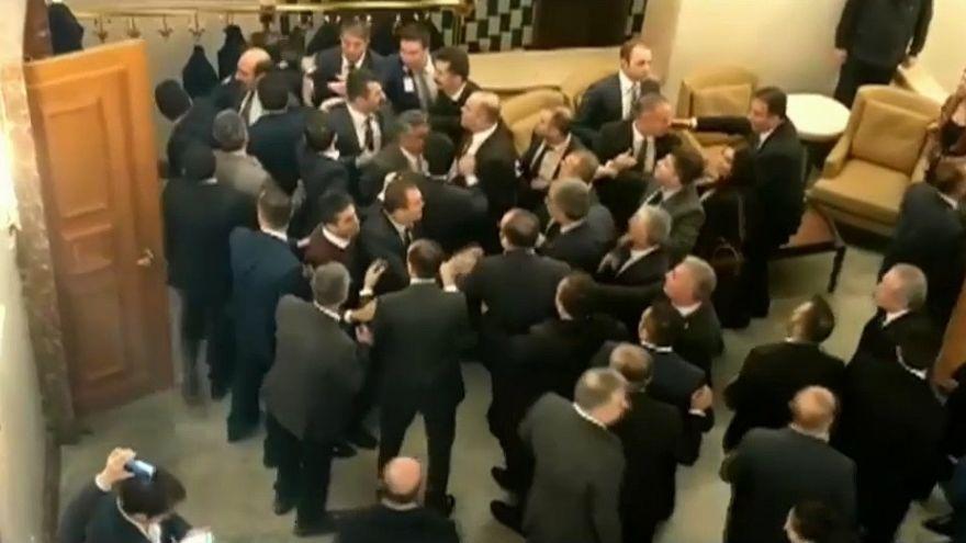 Umstrittene Abstimmung: Türkische Abgeordnete prügeln sich