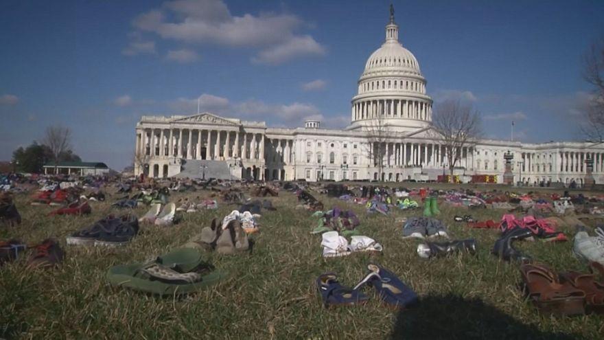 إغراق مبنى الكونغرس بالأحذية للتنديد بقتل الأطفال في الولايات المتحدة