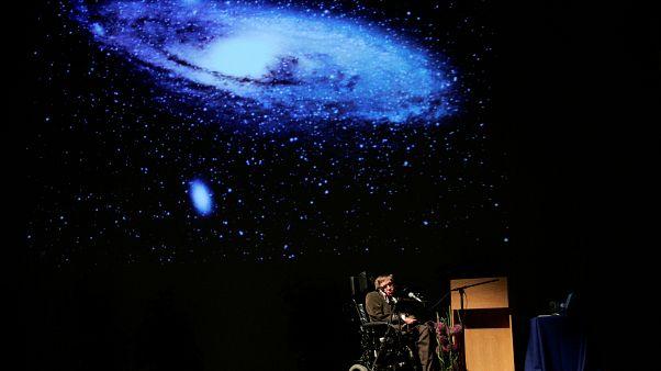 وفاة عالم الفيزياء الشهير ستيفن هَوكينغ عن عمر يناهز 76 عاماً