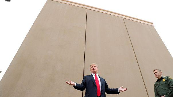 Trump examina protótipos do muro entre protestos