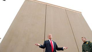 Trump vor einem der neun Meter hohen Mauerteile