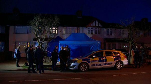 La polizia durante il sopralluogo nell'appartamento di Glusjkov.
