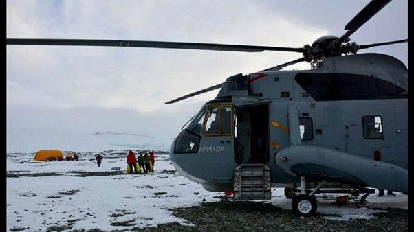Ein Helikopter brachte die fünf Forscher zu einem Eisbrecher.
