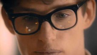 Eddie Redmayne spielt den jungen Hawking