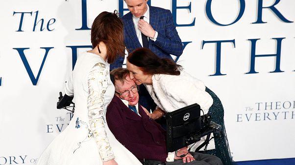 Oyuncu Eddie Redmayne'den Hawking için taziye mesajı