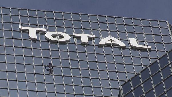 """Frankreichs Spiderman klettert auf den """"Tour Total"""""""