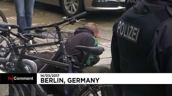 Berlin : un inconnu interpelle bruyamment Angela Merkel