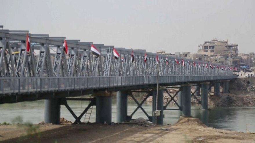 شاهد: إعادة فتح الجسر القديم بالموصل