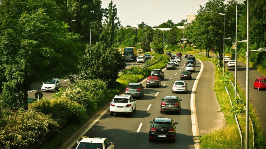 تبادل ۱۲ پیامک حین رانندگی با سرعت ۱۲۵ کیلومتر؛ زن فرانسوی یک سال زندانی می شود