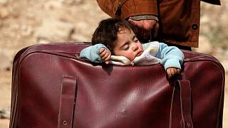 پدر ساکن منطقه بیت سوا در غوطه شرقی فرزندش را در چمدان حمل میکند