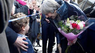 Theresa May visitou o local onde o espião e a filha foram atacados