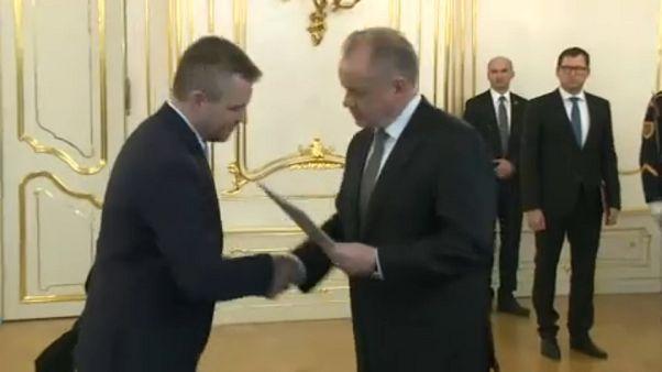 Peter Pellegrini (esq) assume liderança do governo