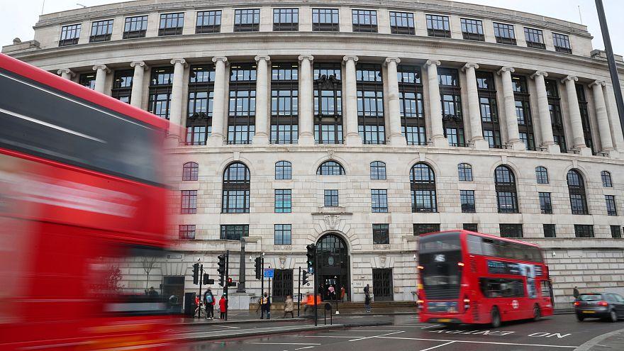 Emeletes buszok húznak el a Unilever londoni székháza előtt