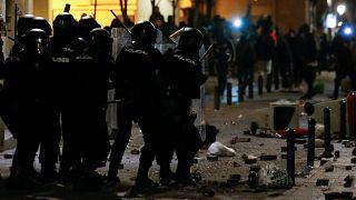 Graves disturbios y enfrentamientos en Lavapiés tras la muerte de un 'mantero'