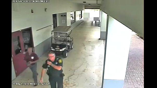 Videón az iskolai lövöldöző elől megfutamodó rendőr