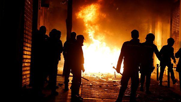 Göstericiler Madrid sokaklarını ateşe verdi.