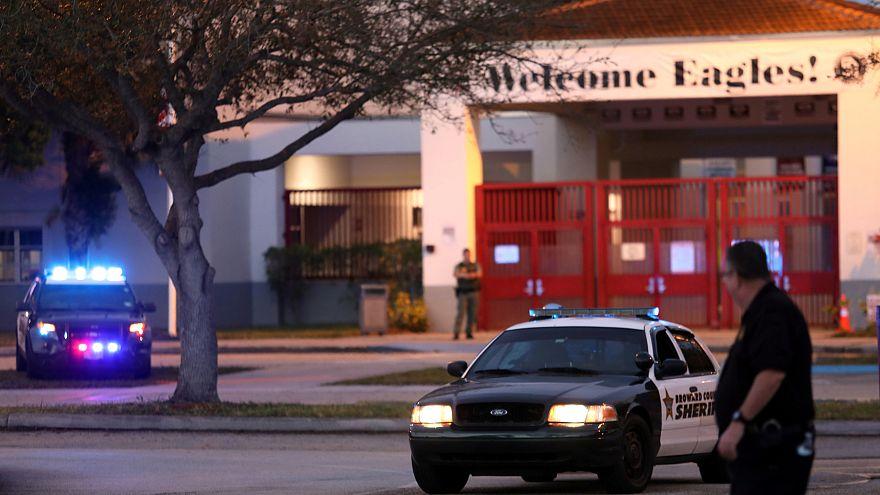 Polizeiautos vor der Marjory Stoneman Douglas High School