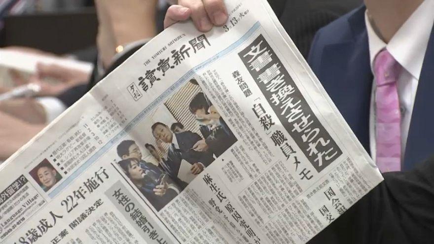 Giappone, l'ombra dello scandalo si allunga sul premier Shinzo Abe
