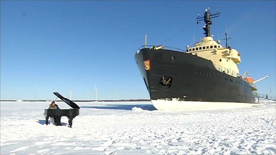 عازف بيانو أمام كاسحة جليد