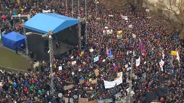 Miles de eslovacos reclaman elecciones