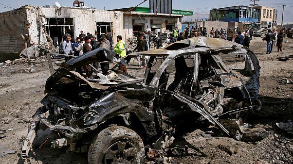 Ein zerstörtes Auto in der Stadt Kabul am Samstag