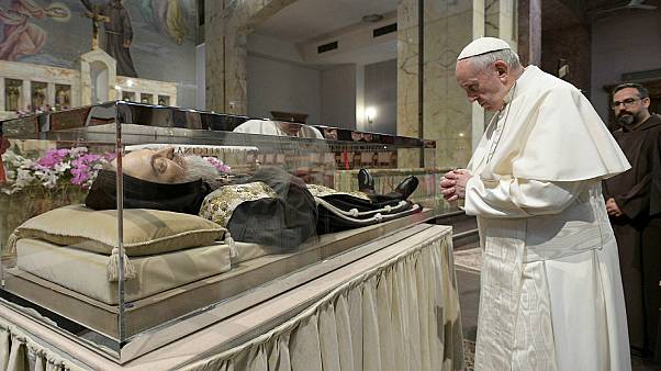 البابا فرنسيس يزور ضريح مصارع الشيطان