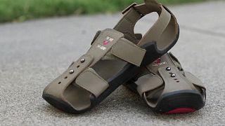 Afrikalı çocuklar için küçülüp büyüyen ayakkabılar
