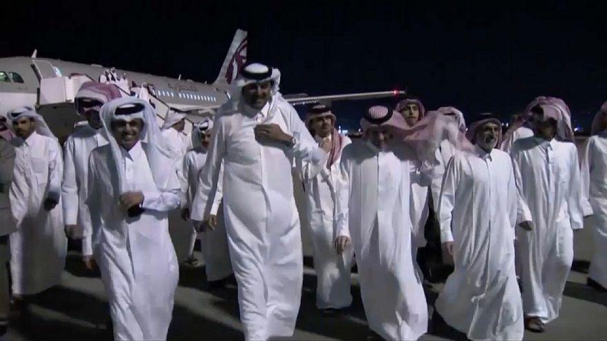أمير قطر في استقبال الأمراء المفرج عنهم في العراق لجى وصولهم الدوحة