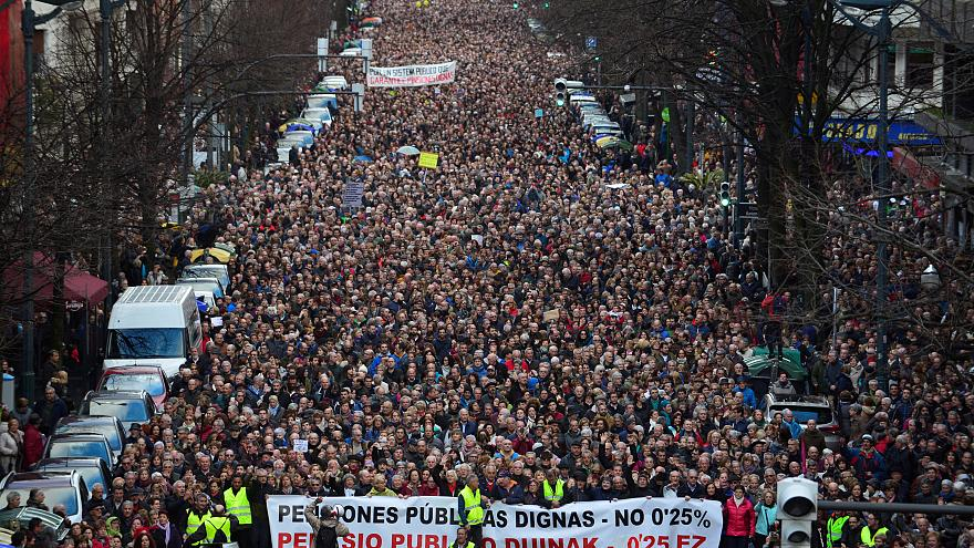 Miles de jubilados protestan en las calles de Bilbao (España)
