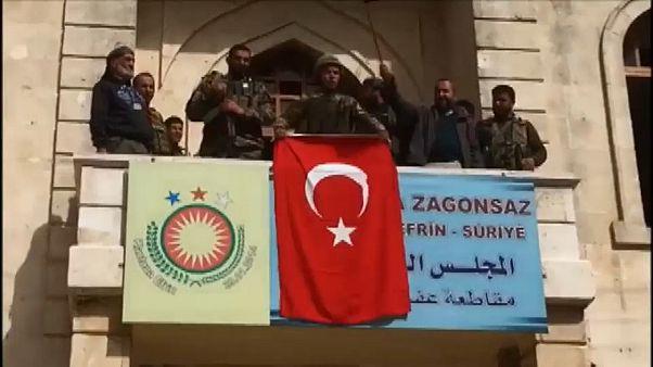 شاهد.. لحظة رفع العلم التركي وسط مدينة عفرين السورية