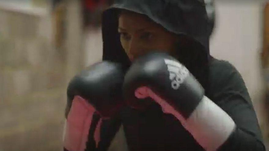 مسلمة بريطانية تصمم حجابا رياضيا للكيك بوكسينغ