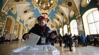 Uma eleitora deposita o seu voto numa urna em Moscovo