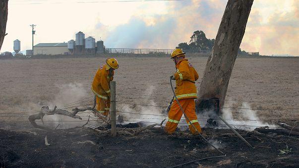 Hundreds flee Australian bush fires