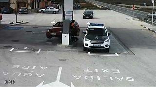 نجات معجزه آسای افسر پلیس در حادثه رانندگی پمپ بنزین