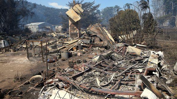 Εκτεταμένες πυρκαγιές έκαναν στάχτη δεκάδες σπίτια