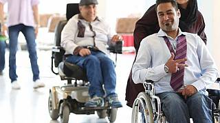 Rollstuhlfahrer präsentieren bequeme und schicke Mode in Teheran