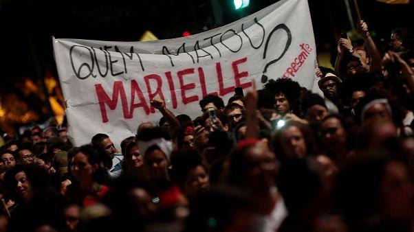 """Uno striscione in piazza: """"Chi ha ucciso Marielle?"""""""