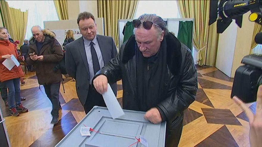 شاهد: الممثل الفرنسي جيرارد ديبارديو يدلي بصوته في الرئاسيات الروسية